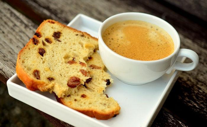 Чашка кофе с кексом