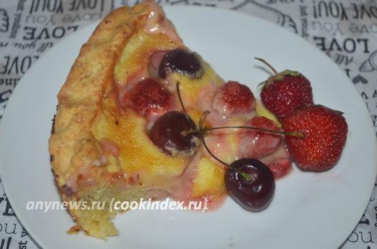 Песочный пирог с ягодами в сметанной заливке