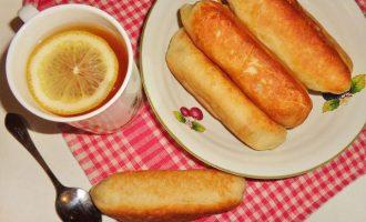 Жареные сосиски в дрожжевом тесте на сковороде - рецепт с фото