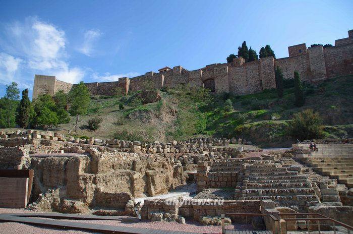 Крепость Малага и руины театра (на переднем плане)