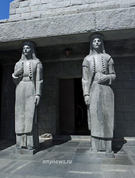Скульптурная группа мавзолея Негоша