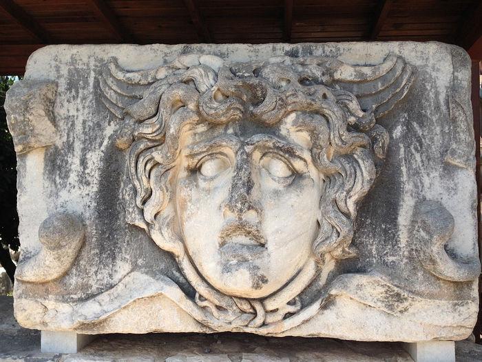 камень с рельефным изображением Медузы Горгоны