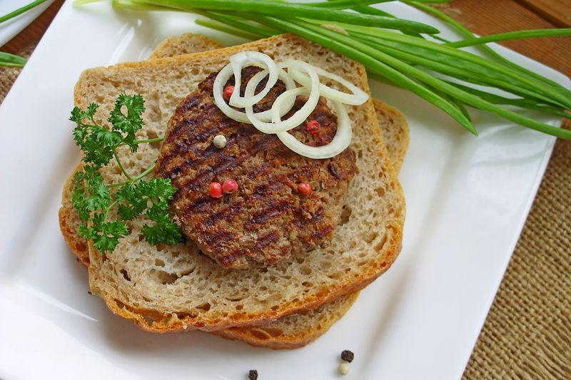 Плескавица по-сербски на сковороде - рецепт с фото