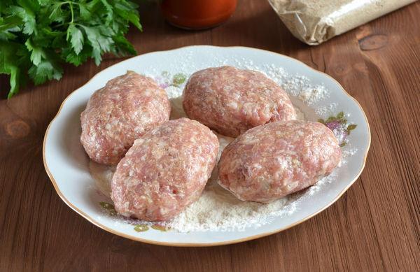 Котлеты из свиного фарша с подливкой на сковороде