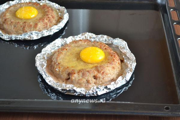 Котлеты запеченные с яйцом сверху в духовке