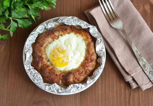 Котлеты запеченные с яйцом сверху в духовке - рецепт