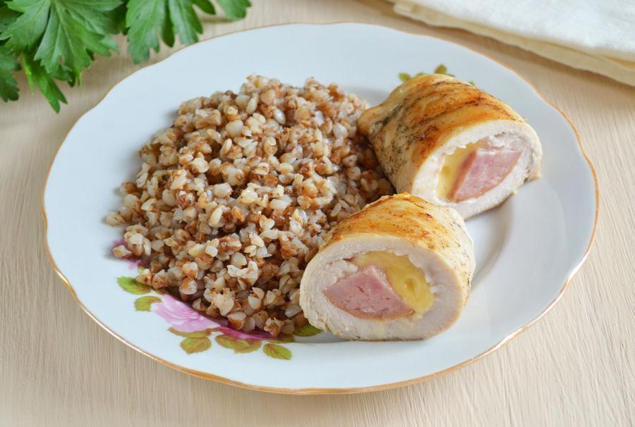 Куриные рулетики с сыром и колбасой - рецепт с фото