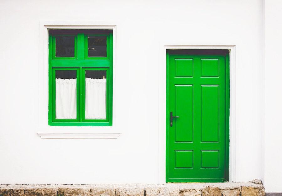 чем отмыть входную дверь от побелки клея пятен и разводов