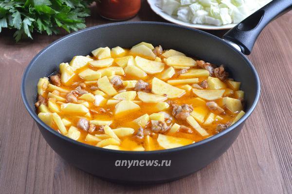 Тушеная картошка с курицей и капустой на сковороде