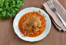 Куриные бедра тушеные в томатном соусе - рецепт с фото