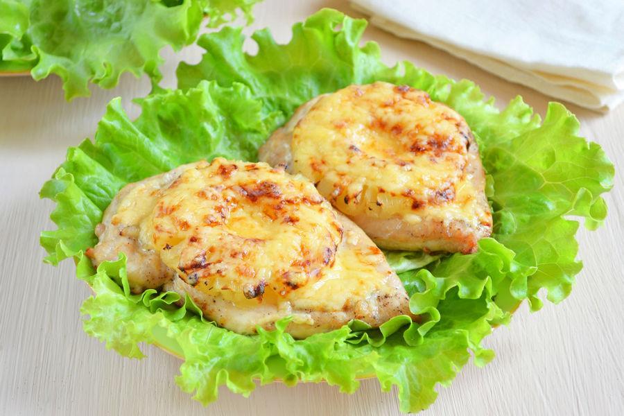 Куриные отбивные с ананасами и сыром по-гавайски