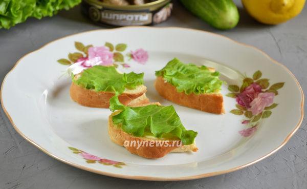 Праздничные бутерброды со шпротами, лимоном и маслинами
