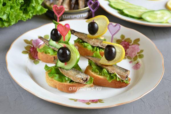 бутерброды со шпротами и огурцом