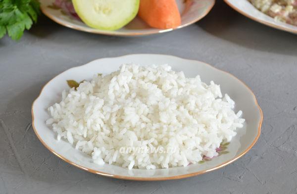 Рис с курицей в духовке с овощами в глиняных горшочках