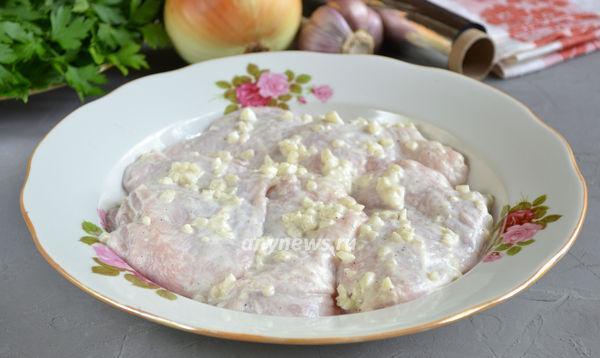 Куриные бедра запеченные с луком в фольге в духовке