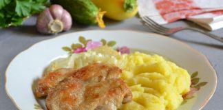 куриные бедра в фольге с луком - рецепт