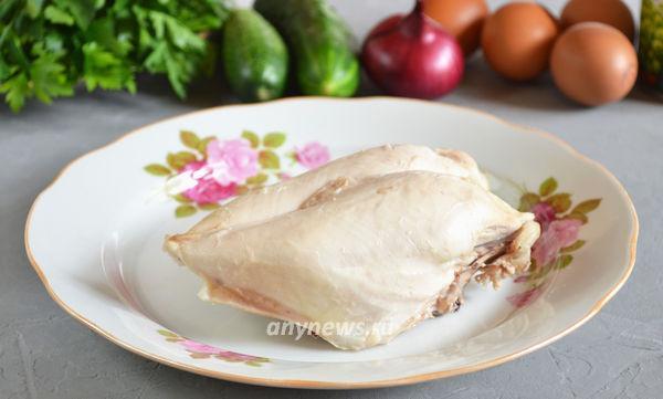 Салат с яичным блином, курицей и свежими огурцами