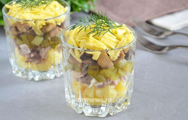 Мясной салат с грибами и сыром