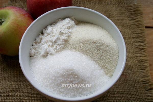 Насыпной пирог с яблоками и манкой