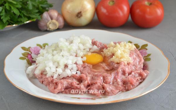 Тефтели в духовке, запеченные с помидорами и репчатым луком