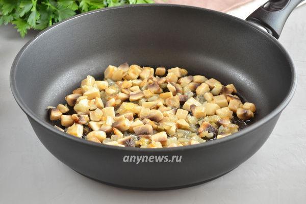 Рулет из куриной грудки с сыром и грибами