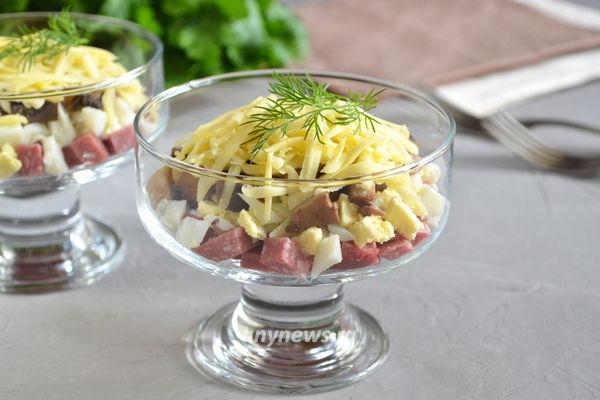 салат с колбасой грибами сыром