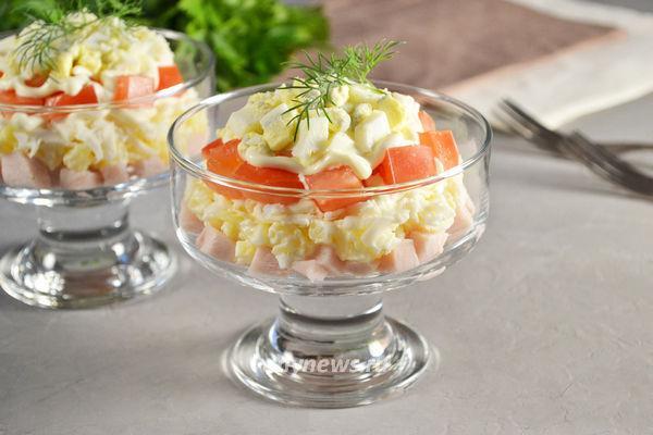Салат с копченой курицей и плавленным сыром