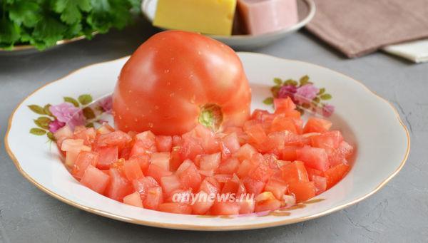 Салат с куриной ветчиной, грибами, сыром и помидором