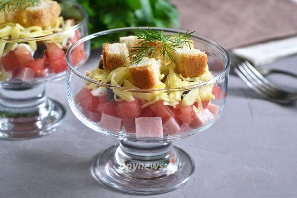 салат из ветчины, грибов и сыра