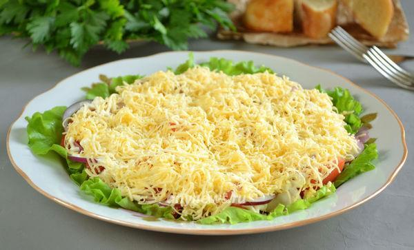 Салат из куриного филе с сыром и помидором