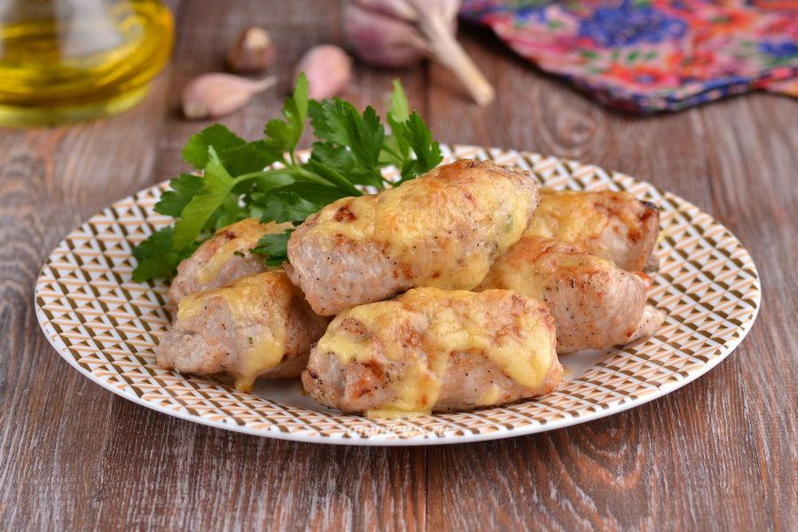 свиные рулетики с сыром и помидорами - рецепт