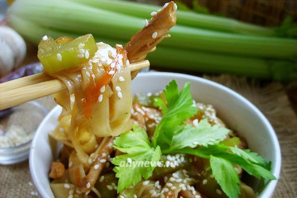Лапша с курицей и овощами в соусе