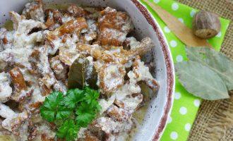 лисички в сливочном соусе на сковороде - рецепт