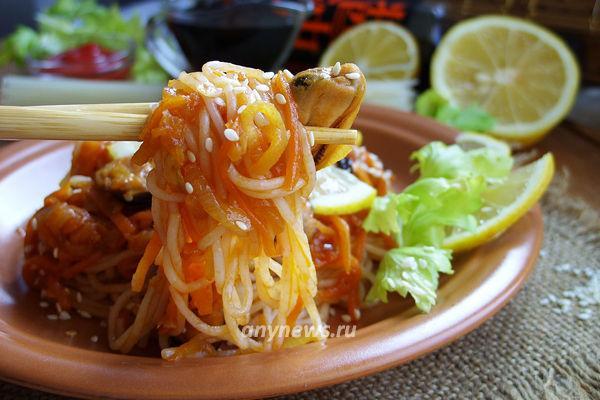 Рисовая лапша с мидиями и овощами
