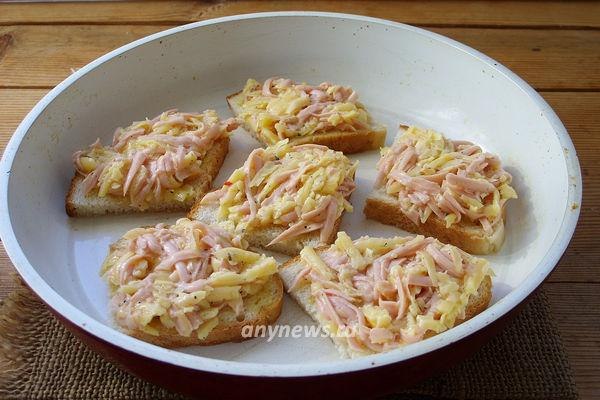 Горячие бутерброды с колбасой сыром и яйцом