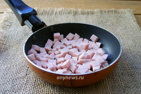 Яичница с копченой колбасой и луком на сковороде - рецепт пошаговый с фото