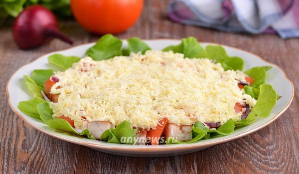 Салат с курицей помидорами и сыром