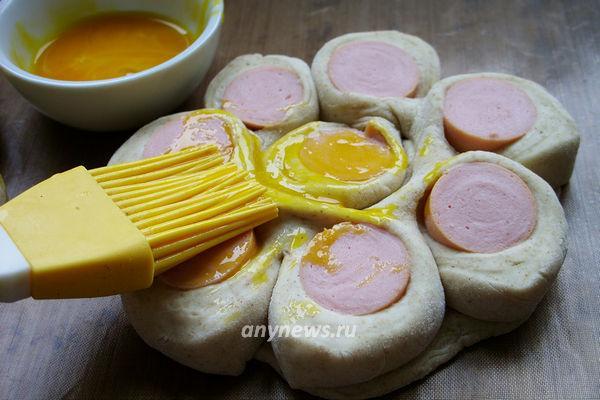 Цветочки из слоеного теста и сосисок - рецепт пошаговый с фото