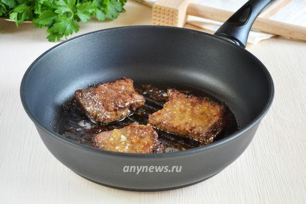 Печень свиная жареная в муке на сковороде