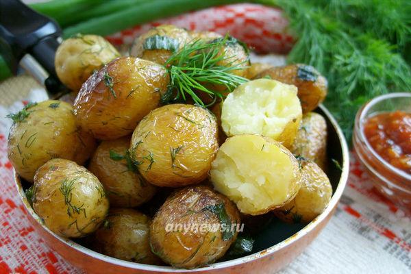 Молодая картошка на сковороде