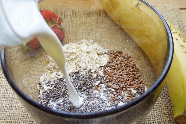 Смузи из клубники и банана с семенами льна и чиа
