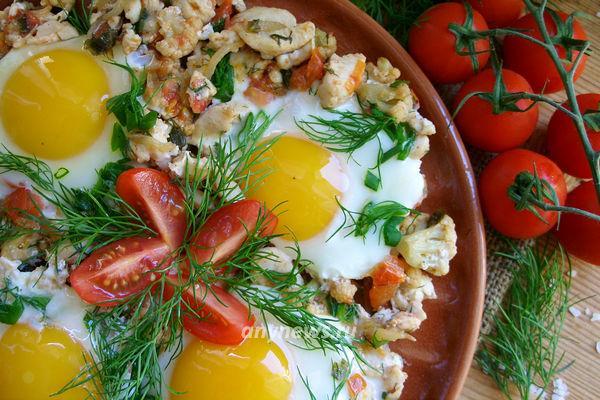 Шакшука - яйца, жареные на подушке из овощей