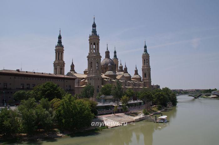 Базилика-де-Нуэстра-Сеньора-дель-Пилар с Каменного моста через Эбро, Сарагоса
