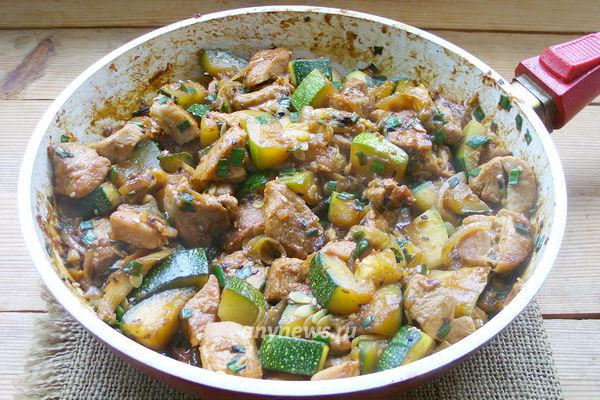 Кабачки со свининой на сковороде