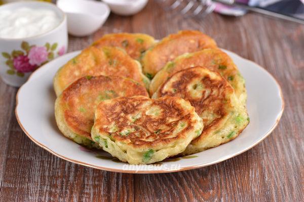 Оладьи с яйцом и зеленым луком - рецепт с фото