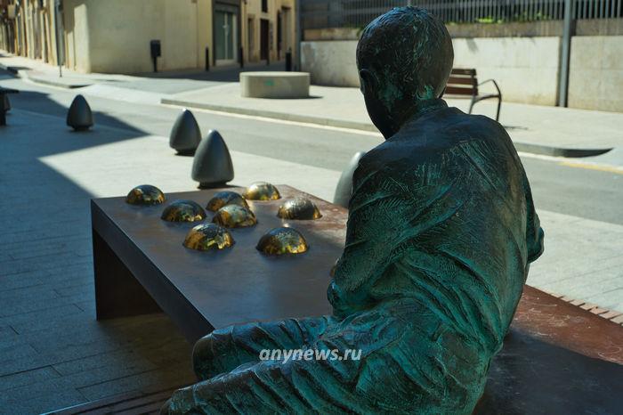 Памятник юному Гауди