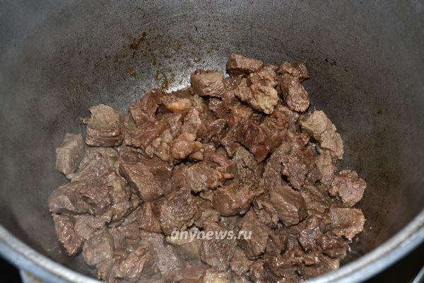 Говядина тушёная с овощами в казане