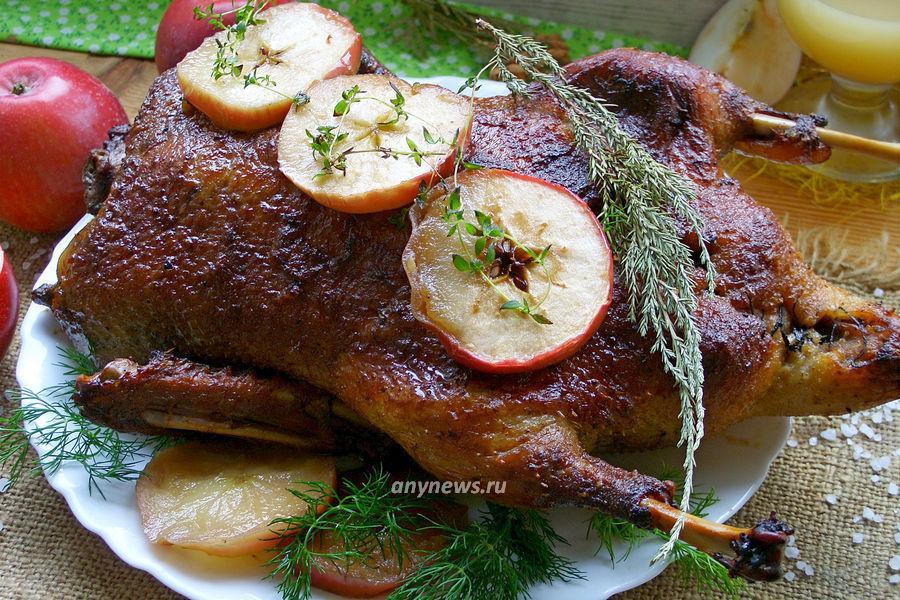 Утка с яблоками в духовке в рукаве - рецепт