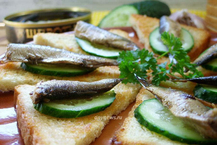 Бутерброды со шпротами и свежим огурцом - рецепт