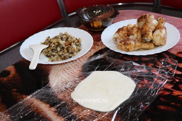 Куриные голени в слоеном тесте в духовке